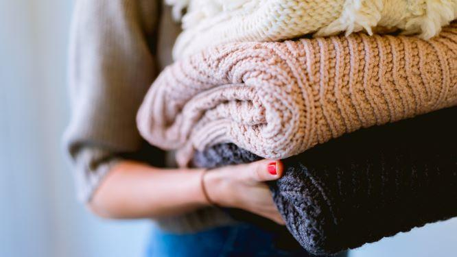Tyttö kantaa pyykkejä