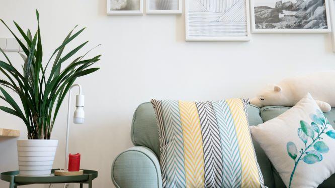 sohva ja tauluja