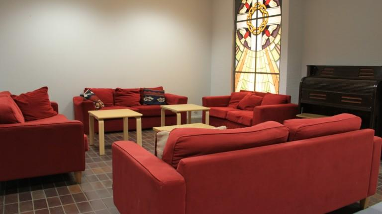 Olohuone, jossa on useita sohvia.
