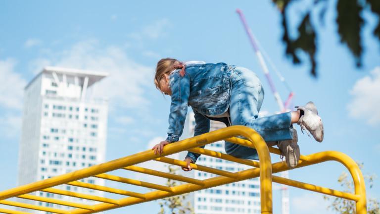 Lapsi kiipeää leikkitelineessä