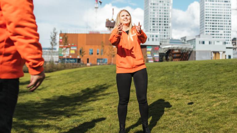 Nainen seisoo nurmikolla