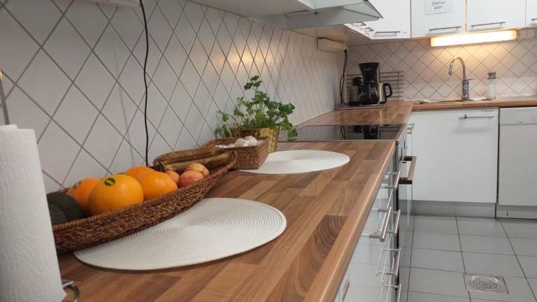 Keittiön tiskipöytä, jolla on hedelmälautanen.