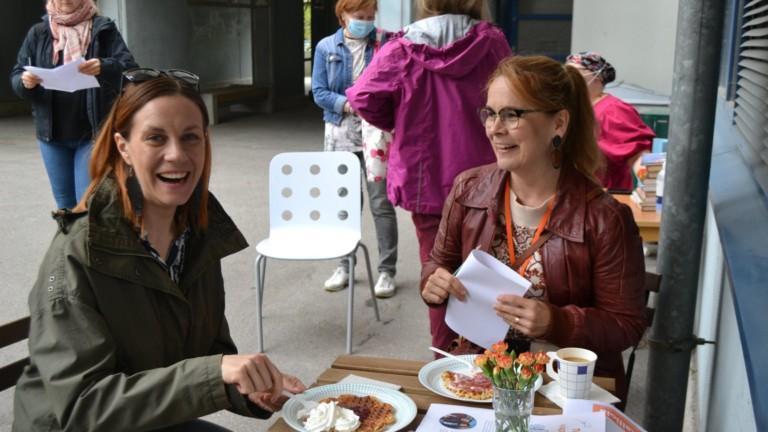 Kaksi naista nauravat yhdessä