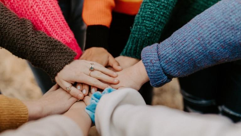 Tiimin kädet yhdessä