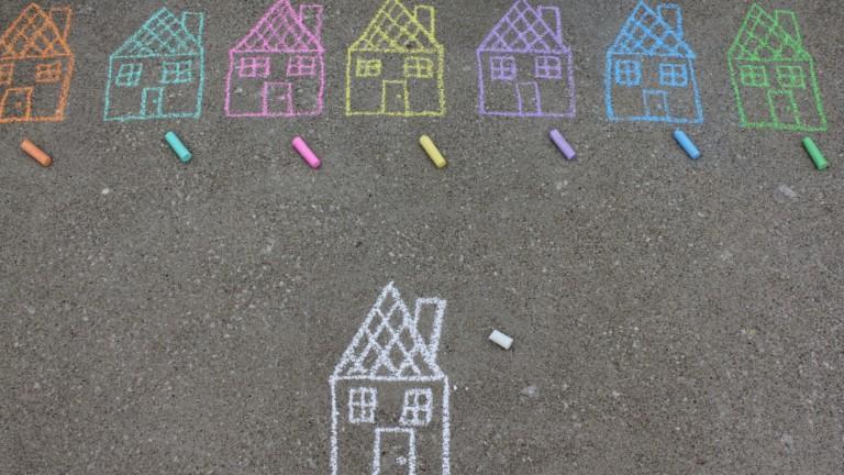 Asfalttiin on piirretty eri värisiä taloja liiduilla.