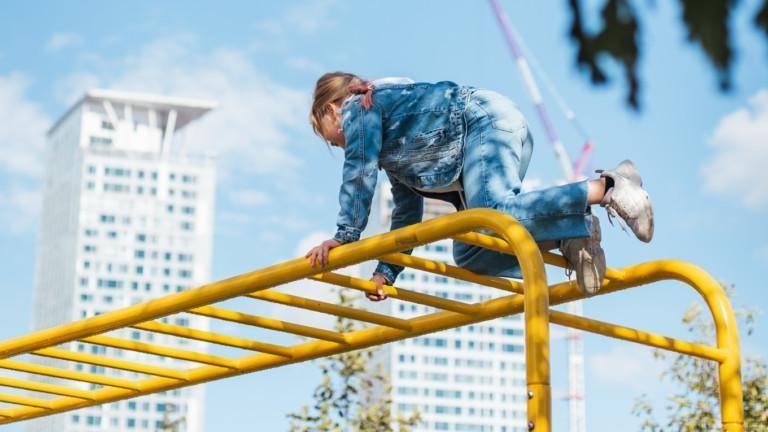 Lapsi kiipeilee kiipeilytelineessä.